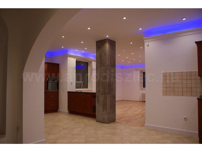 A színváltós ledes szalagok is különlegessé tehetik az enteriőrt - kék fénnyel világító RGB LED szalag a konyha mennyezetén