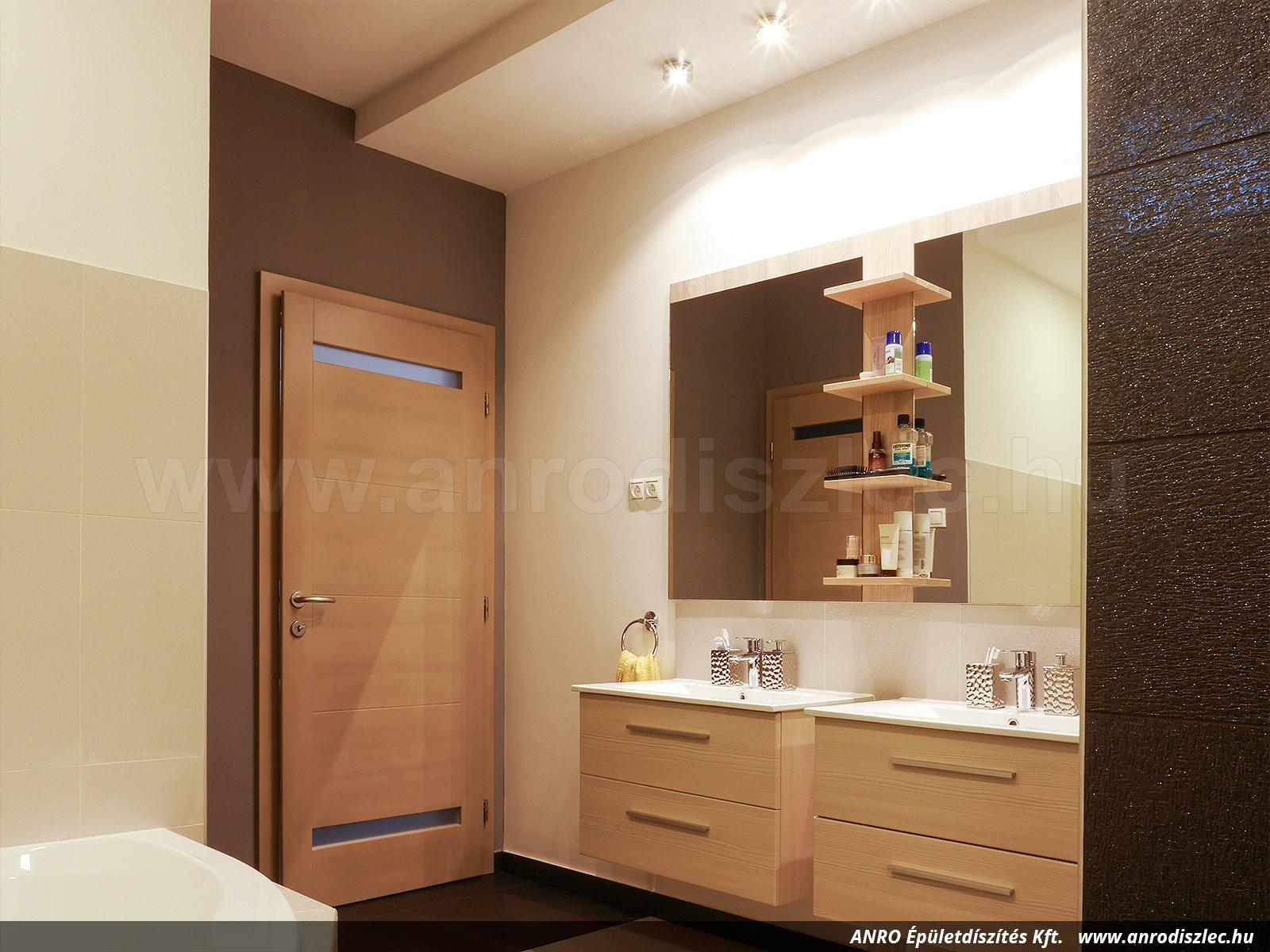 Fürdőszoba világítás a hatalmas tükrök fölött. Tükörből sohasem elég, és ez nem hiúság kérdése ...