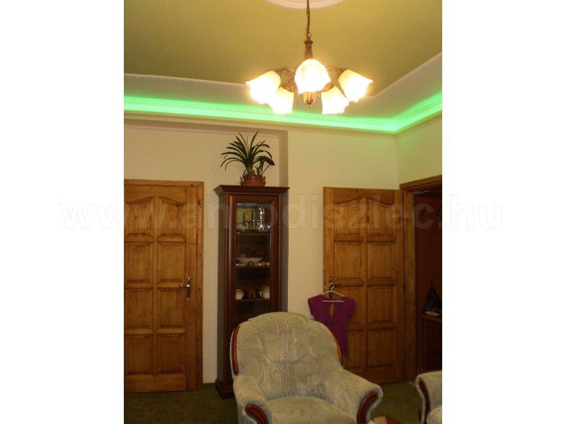 Felújított nappali zöld rejtett világítással és fehér díszlécekkel - Vásárlóink fotói - Díszléc ...