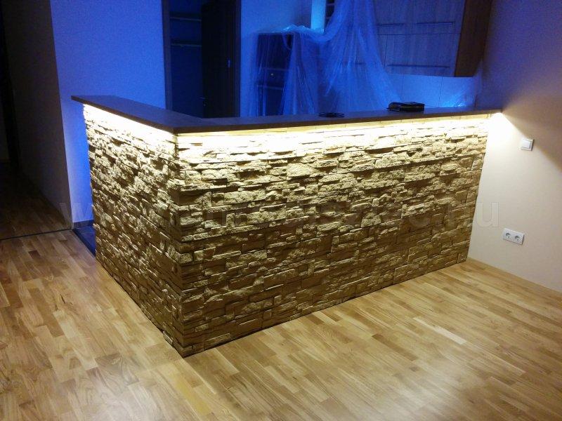 A kővel burkolt konyhapult munkalapja alá is ledes szalagot ragasztottak, amely kiválóan láttatja a kő felületi struktúráját