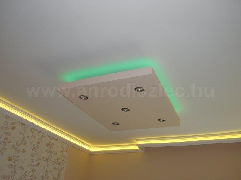 A nappali közepén színváltós LED szalag, a falak mentén pedig melegfehér fény gondoskodik a hangulatos környezetről.