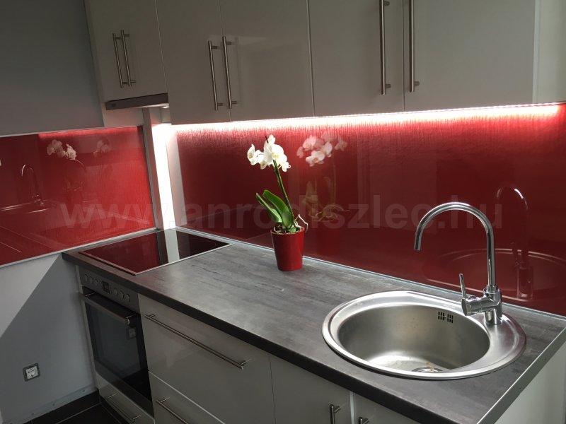 Felső konyhaszekrényre ragasztott erős fényű LED szalag